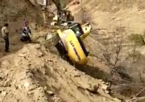 VIDEO: Máy xúc lăn xuống vực cực sâu