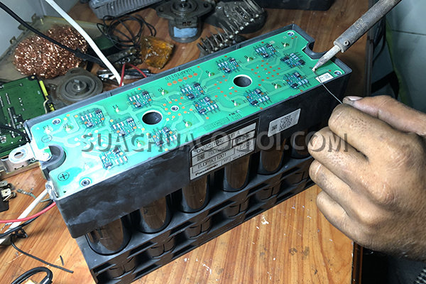 Bộ capacitor (Tụ điện) mã sản phẩm 7875-22-5001 máy xúc Komatsu Hybrid HB205-1 HD215LC-1 đang được sửa chữa