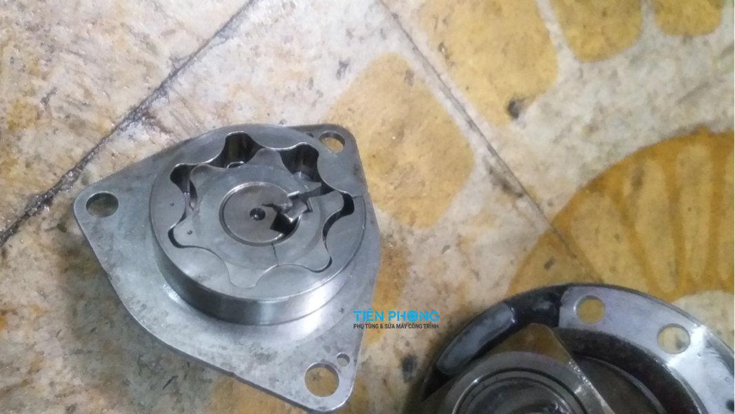 Bánh răng bơm cao áp máy xúc bị bể gãy được kiểm tra và sửa máy xúc Tiên Phong