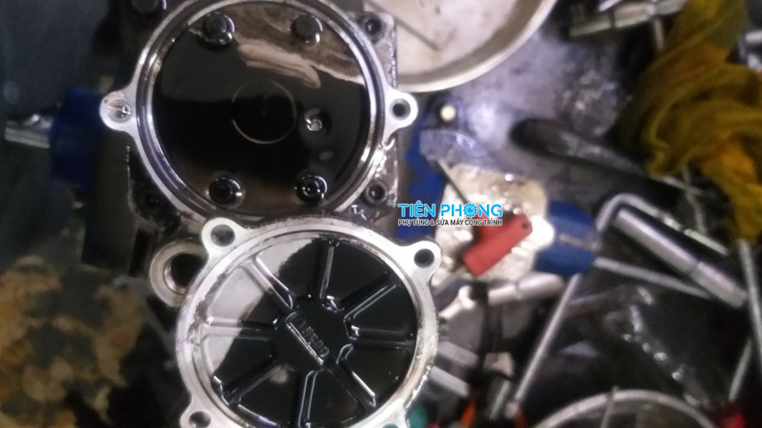 Bơm cao áp máy xúc bị dơ dầu được kiểm tra và sửa máy xúc Tiên Phong